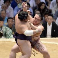 Kisenosato gets off to strong start in Nagoya