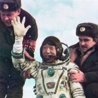 Landing after his nine-day space mission in 1990. | KYODO