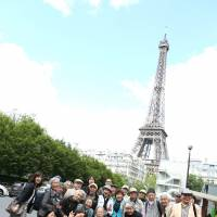 The SGT cast take in the sights in Paris where they played to tremendous audience and critical acclaim. | © MAIKO MIYAGAWA