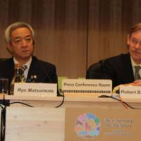 Quantifying nature: World Bank Group President Robert Zoellick and Environment Minister Ryu Matsumoto field questions at a news conference at the COP10 conference in Nagoya on Thursday. | SETSUKO KAMIYA PHOTO