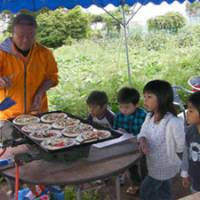 Engaging kids: Children watch fresh vegetable pizzas being prepared by a Resonare Kobuchizawa employee during a joint tour involving Resonare Kobuchizawa and Work Life Balance Co. Below: Toys are provided at Resonare. | SAYURI DAIMON