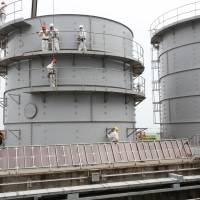 Tepco bolsters tank team but leak eludes