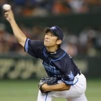 BayStars stave off Giants comeback