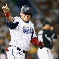 Dramatic finish: The BayStars' Norihiro Nakamura salutes the crowd after hitting a game-ending single on Tuesday against the Tigers at Yokohama Stadium. Yokohama defeated Hanshin 9-8. | KYODO