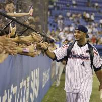 Increased attention: Tokyo Yakult Swallows star Wladimir Balentien has dealt with a rapid rise in fan and media attention this season. | KYODO
