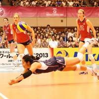 Hustle play: Tamari Miyashiro of the United States dives for the ball in Saturday's FIVB World Grand Prix match against Japan in Sendai. The Americans won the match 3-1. | FIVB