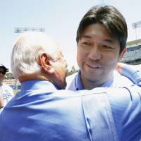 Hideo Nomo gets a big hug from former LA Dodgers manager Tommy Lasorda at a pregame tribute to the pioneering pitcher.  | KYODO