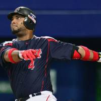 Balentien, Ogawa star in Swallows' win over Dragons