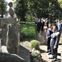Honor: (From right) Capt. Samuel Z. Felix of the Philippine Navy, who is a defense and armed forces attaché, former Philippine President Joseph Estrada and Philippine Ambassador Manuel M. Lopez, pay homage to Dr. Jose Rizal at a bust of Rizal in Hibiya Park, Tokyo, on Sept. 27. | YOSHIAKI MIURA