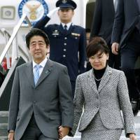 Oh, Canada: Prime Minister Shinzo Abe descends from a government jet with his wife, Akie, after arriving at Ottawa Macdonald-Cartier International Airport on Sept. 23 to visit Canadian counterpart Stephen Harper.  | KYODO