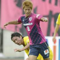 Electric pink: Cerezo Osaka striker Yoichiro Kakitani controls the ball during his side's 1-1 draw with Kashiwa Reysol on Sunday. | KYODO