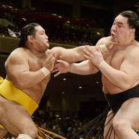Harumafuji falls on second day of autumn basho