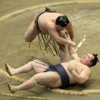 Hakuho survives scare to keep perfect record