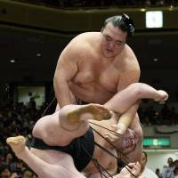 Hakuho moves in on autumn title; Kisenosato takes down Harumafuji