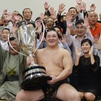 Harumafuji no match for Hakuho in finale