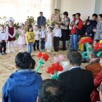 Alpha kids: Russian children sing for a Japanese group during a visa-free visit to Etorofu on Sept. 23. The island, along with another three held by Russia off Hokkaido that Japan wants returned, were the subject of a recent symposium in Tokyo. | KYODO