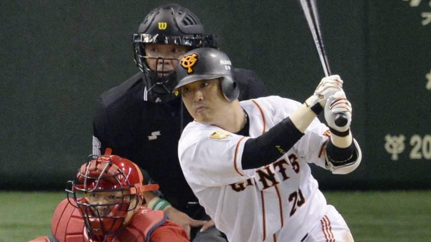 Timing is everything: The Giants' Shuichi Murata delivers the game-winning single in the seventh inning against the Carp on Wednesday.
