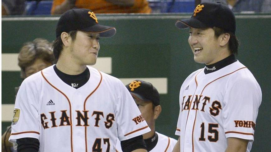 Dynamic duo: Giants relievers Tetsuya Yamaguchi (left) and Hirokazu Sawamura helped keep the Carp offense in check in the latter stages of Game 1 on Wednesday.