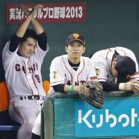 Frustrating evening: Giants starting pitcher Toshiya Sugiuchi (left) and his teammates failed to triumph in Game 3 on Tuesday. | KYODO