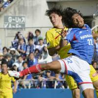 Not this time: Yuji Nakazawa (right) and Yokohama F. Marinos couldn't stop Kashiwa Reysol from advancing to the Nabisco Cup final. Reysol punched a ticket to the final despite a 2-0 Saturday defeat, winning 4-2 on aggregate over two matches. | KYODO