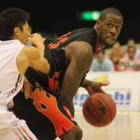 Smashing debut: Osaka Evessa floor leader Kevin Galloway, a key offseason pickup, averaged 12.5 points, 9.5 rebounds and 9.5 assists in a season-opening sweep of the Bambitious Nara last weekend. | HIROKO IWASA