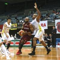 Getting the job done: Cedric Bozeman's ability to play multiple positions has contributed to the Toshiba Brave Thunders' 7-1 start this season. | KAZ NAGATSUKA