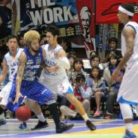 End of a streak: Shimane Susanoo Magic forward Kazuya 'J.' Hatano, seen in action earlier this season against the Shiga Lakestars, helps his club earn its first victory of the season on Sunday. Shimane defeated the host Takamatsu Five Arrows 82-67 | SHOGO OKAMOTO