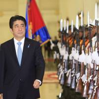 Abe discusses aid, security in Laos