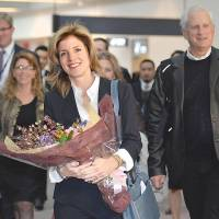 Floral welcome: Caroline Kennedy, newly appointed U.S. ambassador, arrives Friday at Narita airport.   | AFP/POOL