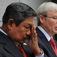 Headache: Indonesian leader Susilo Bambang Yudhoyono rubs his face at a March 2010 news briefing with Australian Prime Minister Kevin Rudd in Canberra. | AFP-JIJI
