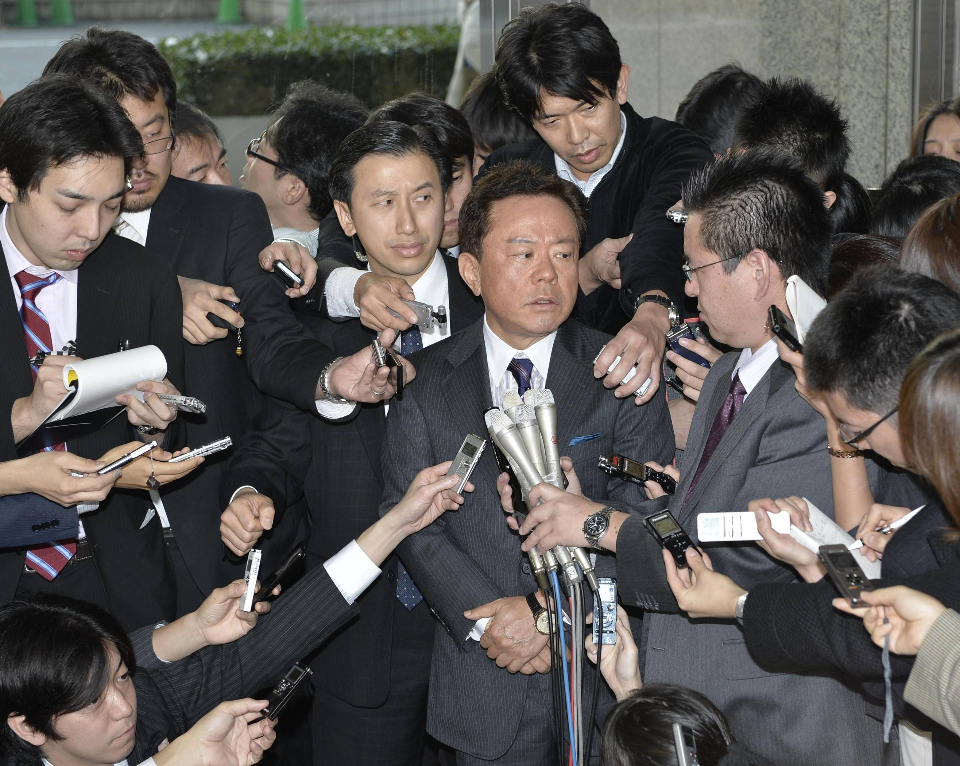 Swarmed: Reporters surround Tokyo Gov. Naoki Inose at City Hall on Friday to grill him about an unfolding political funding scandal. | KYODO