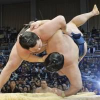 Hakuho, Harumafuji on collision course