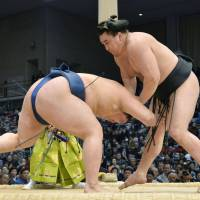 Superior technique: Yokozuna Harumafuji takes down sekiwake Goeido on Wednesday at the Kyushu Grand Sumo Tournament. | KYODO