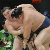 Harumafuji suffers first defeat at Kyushu Basho