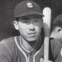 Master batsman: Hiroshi Oshita, the archrival of Tetsuharu Kawakami, is seen here during his rookie season with the Tokyo Senators in 1946. | BASEBALL MAGAZINE