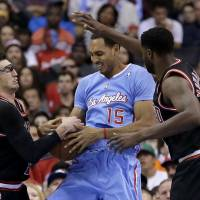 Clippers pile more misery on Bulls in first game without Rose