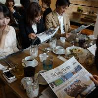 Food for thought: Readers peruse newspapers over breakfast at the launch of The Japan Times Asa Eigo no Kai (morning English seminars) in Tokyo's Roppongi Hills district | MASAHIKO YOKOTA