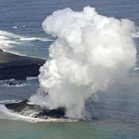 Volcano rises from sea to form new islet