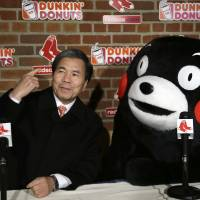 Kumamon, governor tickle the ivies