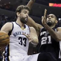 Parker leads Spurs to rout