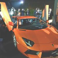 Tip of the yen-berg: The body of the Lamborghini Aventador was built with carbon fiber-reinforced plastic | CHUNICHI SHIMBUN