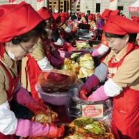 <B>Pungent side dish: Women make kimchi in Seoul on Nov. 13. | KYODO