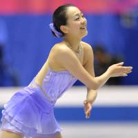 Mao, Suzuki are 1-2 in women's competition; Takahashi leads men after NHK Trophy short program