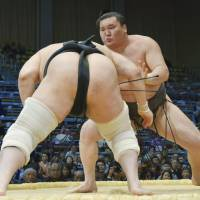 Hakuho, Harumafuji cruise on second day