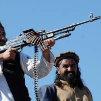 Eliminated: Pakistani Taliban commander Hakimullah Mehsud (left) fires a rifle during a meeting with a group of media representatives in the Mamouzai tribal area of Pakistan's Orakzai Agency in November 2008 | AFP-JIJI