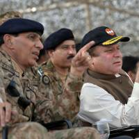 Rule of law: Pakistani Prime Minister Nawaz Sharif (right) speaks with army chief Gen. Ashfaq Kayani as they watch a military exercise in Khairpure Tamay Wali on Monday | AFP-JIJI
