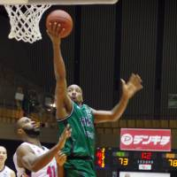 Rough start: John Humphrey (right), seen in this file photo, and the Saitama Broncos fell to 2-9 on Tuesday, losing 78-66 to the host Tokyo Cinq Reves in their bj-league series opener | HANA SUZUKI