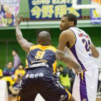 Floor leader: Tokyo Cinq Reves forward Ricky Woods (right), seen in this file photo, contributes 18 points, 14 rebounds and eight assists in an 82-76 home victory over the Saitama Broncos on Wednesday night | TAKASHI SATO