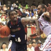 Power forward Justin Burrell (left), seen in action for the Yokohama B-Corsairs in a game two seasons ago, is returning to Japan to play for the Chiba Jets. | YOSHIAKI MIURA