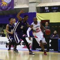 Looking for a spark: Former Iwate Big Bulls forward Carlos Dixon, seen against the Tokyo Cinq Reves last season, has joined the Gunma Crane Thunder, who failed to score 80 or more points in their first 14 games. | KAZ NAGATSUKA